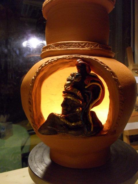 Vaso in pirofila rossa decorato con smalti e lustri tra i quali oro zecchino. Può diventare una lampada o un brucia essenze.