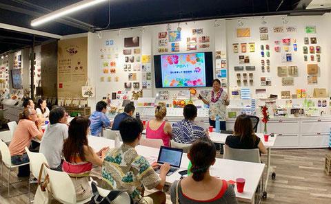 ハワイ クリップインク マーケティングセミナー開催の様子。参加者に向かって講演する覚田義明