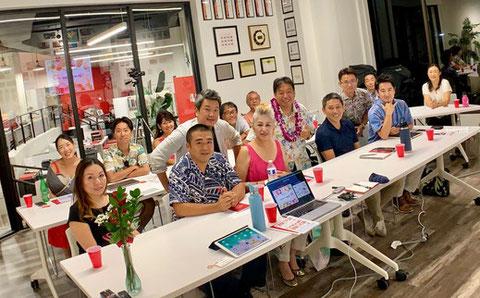 ハワイ クリップインク マーケティングセミナーの参加者と覚田義明との記念写真
