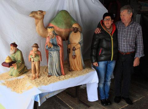 Die Malerin mit dem Schnitzler neben den grossen Krippenfiguren