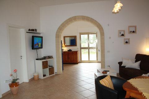 Wohnzimmer mit Blick zur großen neuen Gartenterrasse.