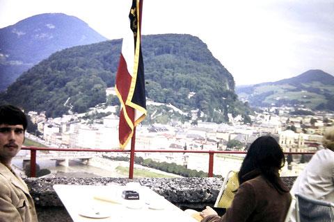 Salzburg 1968 - der Mexikaner mit der damals modischen Cordjacke links im Bild bin ich ... , rechts im Bild die unbekannte Schöne, die sich nicht fotografieren lassen wollte.