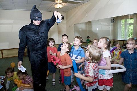 аниматор бэтмен на детский праздник день рождения ребенка москва на дом детский сад школу