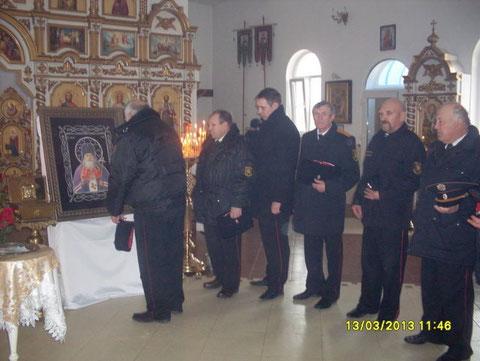 Фотография: Казаки молятся перед иконой святителя и исповедника Луки, епископа Крымского.