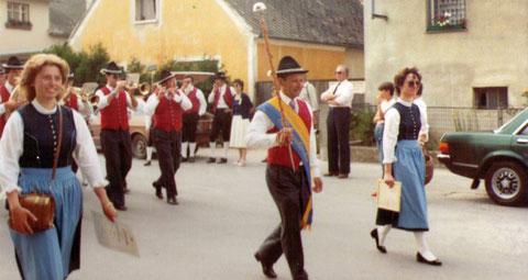 1983: Marschmusikbewertung Karlstetten: Kapellmeister Binder als Stabführer eskortiert von den beiden Marketenderinnen Christine und Martina