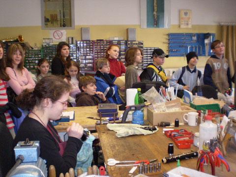 2008: Ausflug mit dem Jugendorchester der Musikschule zum Instrumentenbauer Votruba im März