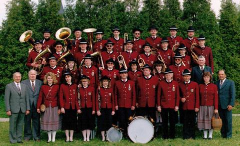 Blasmusikkapelle mit Gönnern und Förderern im Jubiläumsjahr 1989