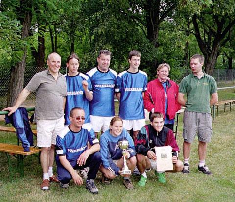 Juni 2003: Die Blasmusikkapelle sportlich beim Juxturnier der Sektion Faustball