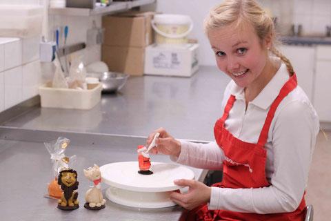 Anna-Lena´s Spezialität - das verzieren unserer Marzipanfiguren
