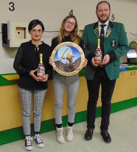 Ehrenscheibe Bogenschützen: von links 2. Platz Patricia Knapp, Scheibengewinnerin Selina Schulz, 3. Platz Christian Lusch.