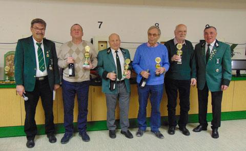 Dreikönigspokalgewinner: von links Altersreferent Eberhard Graf, Pokalgewinner Manfred Krumm, Max Liebmann, Alfons Meier, Wolfgang Hund, Gerätewart Hartmut Feger.