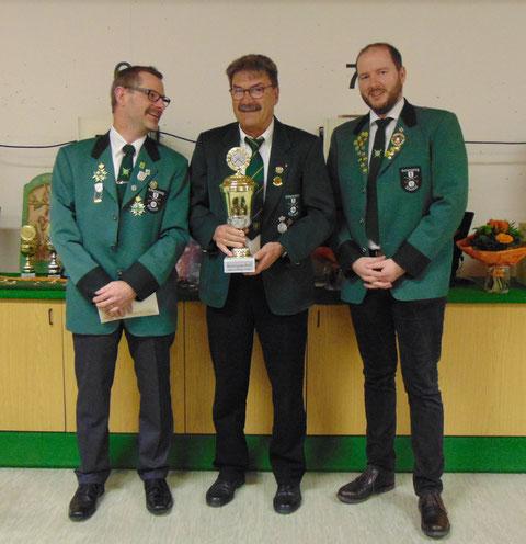 Schützenpokal: von links 2. Sportleiter Markus Zoller, Pokalgewinner Eberhard Graf, SM Christian Lusch.