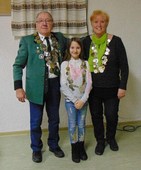 Hoheiten: von links Schützenkönig Richard Jäger, Jugendprinz Ann-Kathrin Schulz, Schützenkönigin Claudia Fritz.