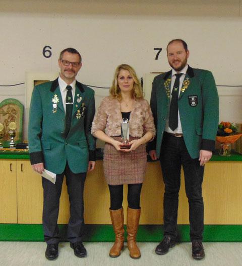 Damenpokal: von links 2. Sportleiter Markus Zoller, Scheibengewinnerin Carmen Fedrizzi, SM Christian Lusch.