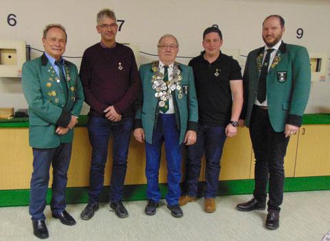 Königshoheiten: von links OSM Willi Ernst, 2. Ritter Bruno Brommer, Schützenkönig Richard Jäger, 1. Ritter Kai Hönig, SM Christian Lusch.