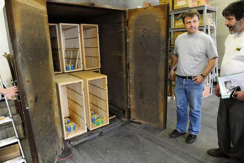 Imker Jürg Hefti (links) und Inspektor Hanspeter Itschner öffnen den Ofen, in dem leere vorgereinigte und getrocknete Bienenkästen stehen – inklusive Proben für das Bienenforschungs-Zentrum. (Maya Rhyner)