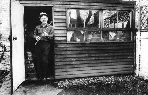 Albert K. Cooper an seiner Werkstatt.