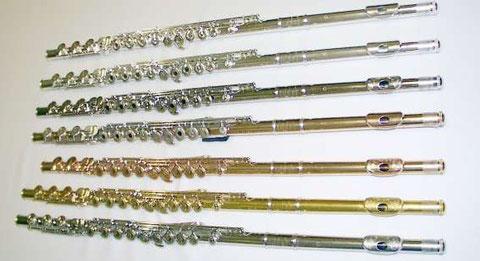 Querflöten aus Neusilber versilbert, Silber, Silber verplatiniert, 9, 14 und 24 Karat Goldlegierungen und Platin.
