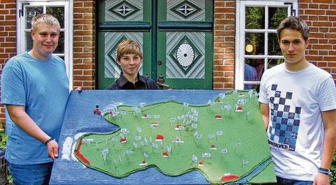 Jürgen Claussen, Timm-Oliver Walter und Yannik Engel mit ihrer Eiderstedt-Karte. Foto: wis