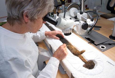 Monika Lehmann restauriert das Schwert (c)  Volker Minkus/NLD