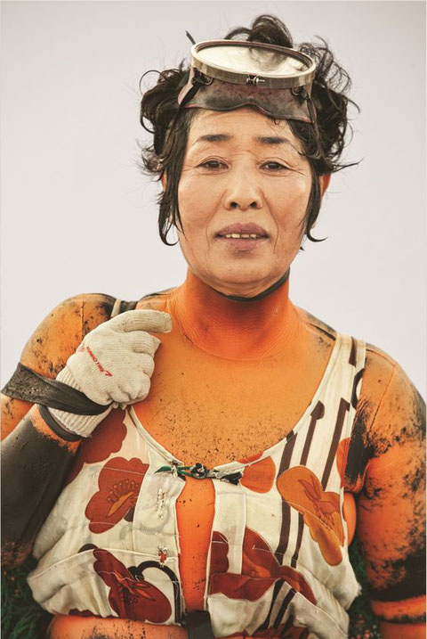 Ama (海人?, women 海女; men 海士;), uminchu (in Okinawan) or kaito (in the Izu Peninsula)