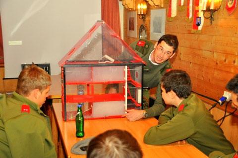 Druckbelüfterschulung mit Hilfe eines Wohnhaus-Modells und einer kleinen Nebelmaschine