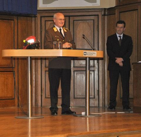 v.l.: LBD KommR Josef BUCHTA und Dräger Safety Austria-GF Johann Karmel