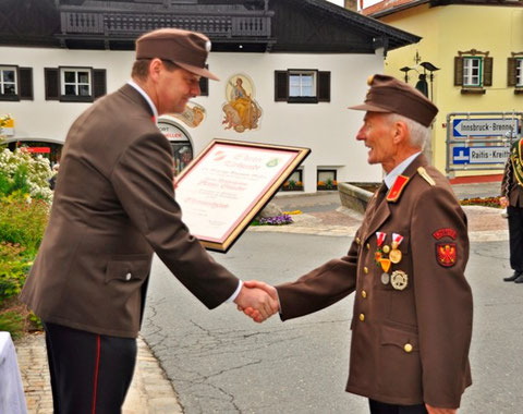 BGM LM Hansjörg Peer mit Ehrenmitglied BI Anton Stauder