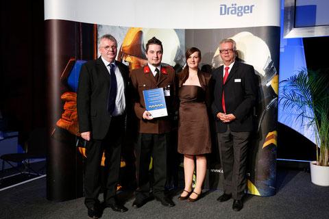 Reinhard Havlicek und Karl Valenta (Dräger Safety Austria) mit FM Thomas Tanzer und Magdalena Miller bei der Verleihung
