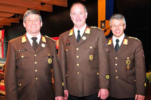 v.l.: Bezirkskommandant-Stv. ABI Lorenz Neuner, LFK LBD Ing. Peter Hölzl, Bezirkskommandant BR Reinhard Kircher