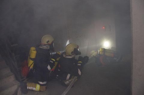 Trupp Mutters bei der Türöffnung zum Küchenbrand