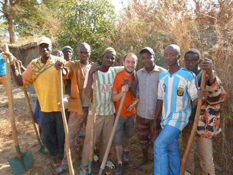 Les jeunes du village au travail avec Antoine