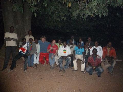 Manu et Antoine en réunion sous le grand fromager avec les jeunes du village