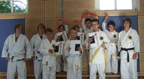 Glückliche Kämpfer des Karate SC Freimann nach der bestandenen Gürtelprüfung mit Prüferin Christine Böhmer (1.v.r.)