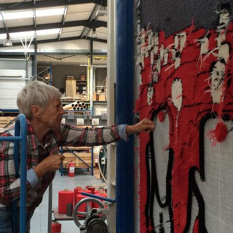 Kunstenaar Mieke Drossaert werkt aan haar getuft wandtapijt in het atelier Ora Pro Nobis in Stekene