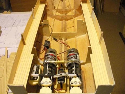 Pont : mise en place des passavants en lamellé collé babord et tribord.