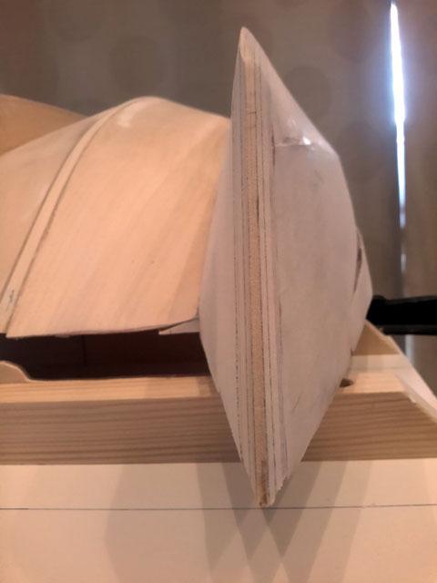 Vue de face de la quille extérieure tribord, le profil est très effilé, gage d'une bonne glisse.