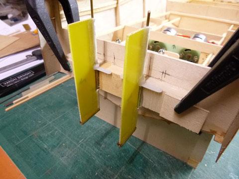 Préparation de moteurs hord bord raccordés aux palonnier de servo