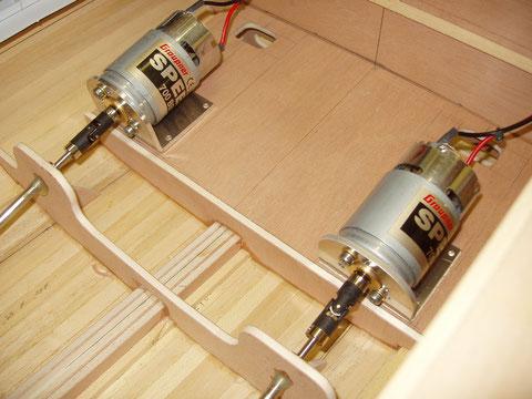Pose à blanc des ensembles moteurs-tube d'étambots dans la cale