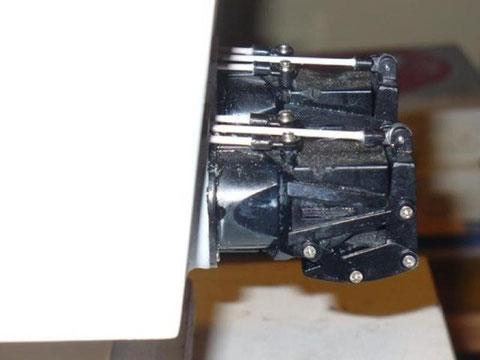 Vue de profil des sorties jet, ils sont bien parallèle au fond du bateau alors que le tableau arrière et lui légèrement incliné.