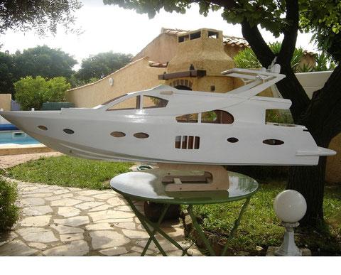 Le bateau a une imposante hauteur, notez le joli ber!