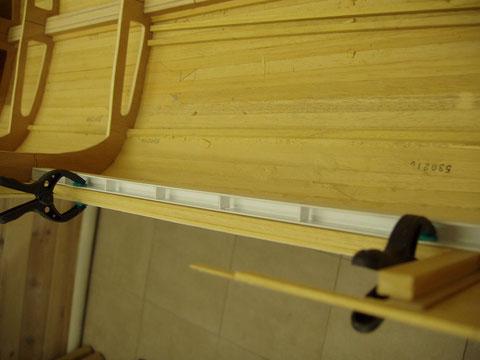 Profilé plastique destiné à récupérer l'eau pouvant s'introduire par les portes du garage