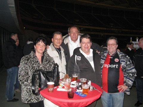 Vorstand bis 2012: Jeanette Feit, Hans Kuschel, Christoph Prinz, Günter Kohn mit Eintracht Präsident Peter Fischer (Mitte)