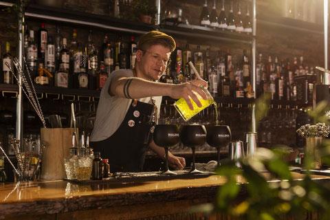 studio sterkenburg fotografie marketing man achter bar schenkt cocktail in in veenendaal bar en borrels