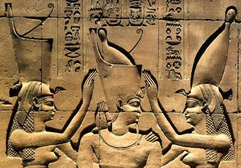 Le pharaon Ptolémée VIII couronné du pschent par Nekhbet (déesse de Haute-Egypte) et Ouadjet (déesse de Basse-Egypte)