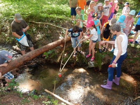 © NABU Region Trier - Kinder experimentieren mit traditionellen Fangtechniken