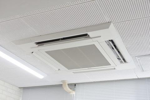 天井カセットタイプエアコンの写真
