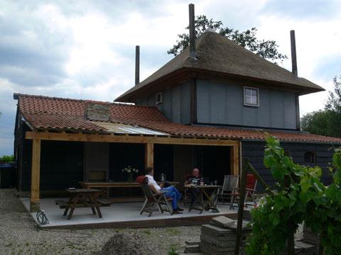Het terras met een dak er boven!!!..... nog een paar pannen, de dakgoot (ooit nog tegels op het terras) en dan genieten met elkaar!