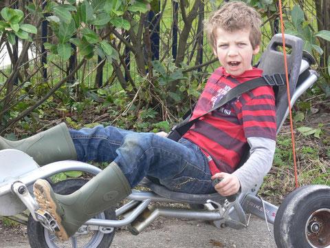 rijden op de triker....is eingenlijk fietsen en sturen met  je 'kont' !! echt wel lastig.............