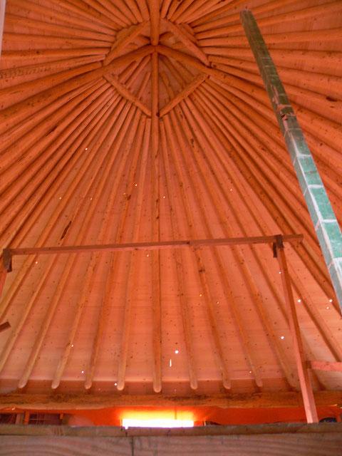 Het dak op de hooiberg is het dak van de loungeplek (65 vierkante meter) voor de zorgboerderij! Wat een mijlpaal........weer een stukje dichterbij.....